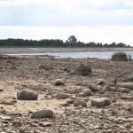 Daugavas kreisais krasts ar nolaistu ūdens līmeni